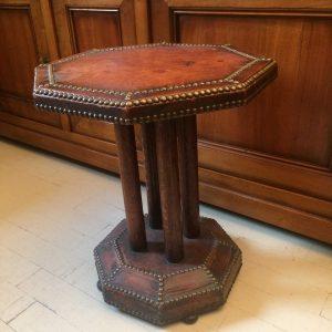 Guéridon de forme octogonale gainé de cuir et de clou époque Art-déco