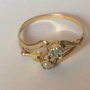 Bague en OR 18k avec un diamant et une perle.
