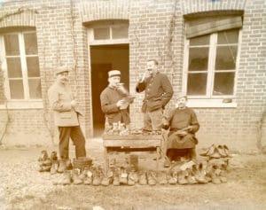 Soldats cirant les godasses