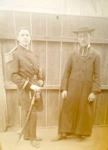 Un officier et un curé.