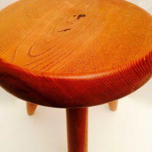 Tabouret tripode en bois design de Charlotte PERRIAND