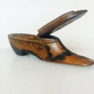 Boite à priser en bois sculpté en forme de chaussure