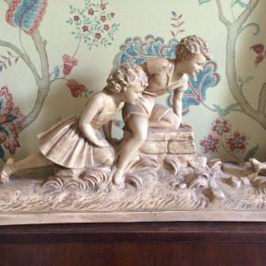 Statue en plâtre patiné – Enfants jouant avec une grenouille