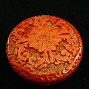 Boite ronde en laque de cinabre décor d'une fleur de lotus