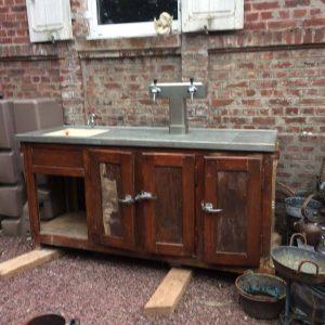 Comptoir de bistrot ancien avec pompe à bières en zinc