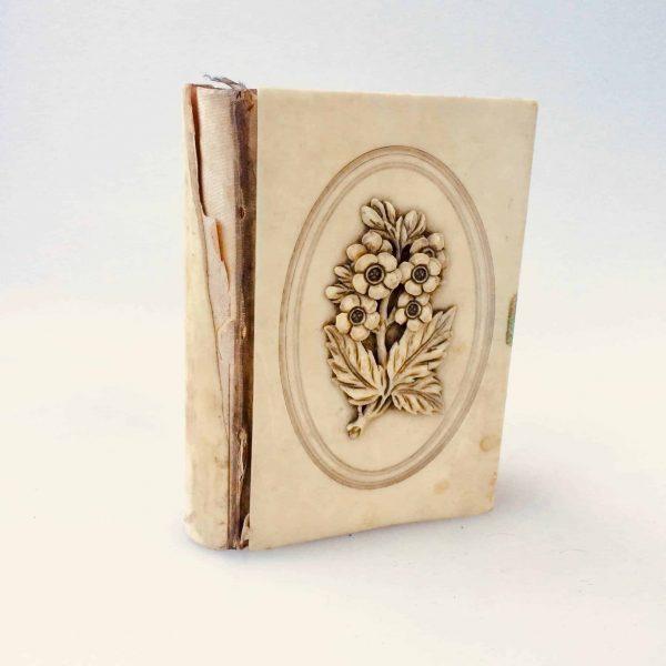 Livre prière fleurs ivoire face