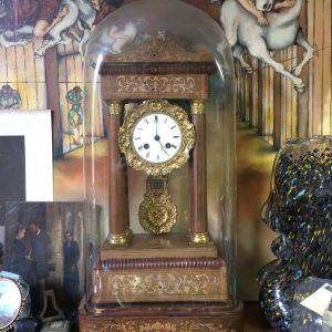 Pendule portique à colonnes Charles X avec son globe