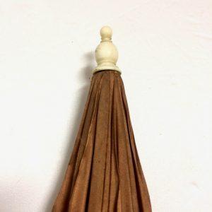 Ombrelle ancienne avec le manche sculpté de feuilles de chêne et de gland