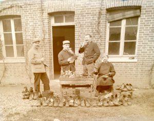 Photos de soldats cirant les godasses