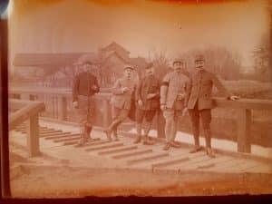 Photos de soldats devant un pont