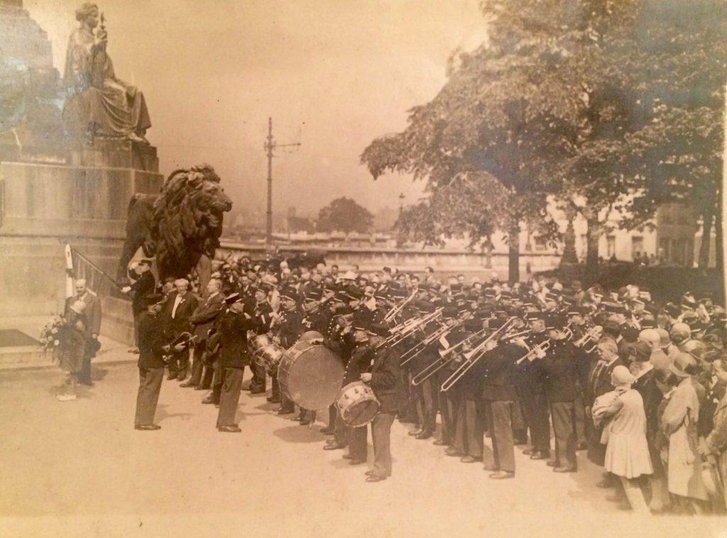 fanfare d'Amiens devant monument aux morts
