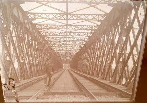 photo de soldat devant un pont metallique