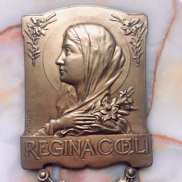 Bénitier REGINA COELI signé de L de Helly plaque
