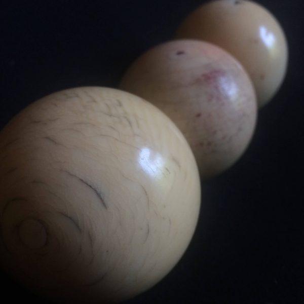 Boules De Billard Anciennes En Ivoire