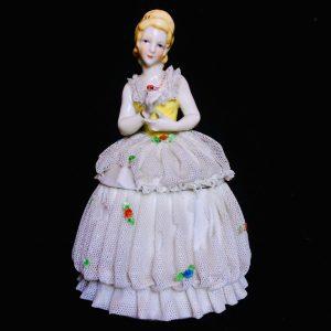 Boite en porcelaine signé Katzhütte Thuringia – Femme en robe de dentelle