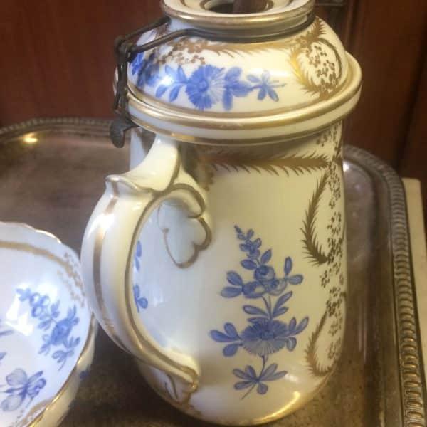 Chocolatière En Porcelaine De Sevres Bouquet De Fleurs Bleues Et Guirlandes Dorés Couvercle
