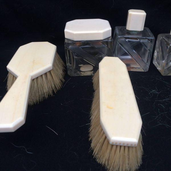 Garniture De Toilettes Art Déco Flacons Et Brosse À Cheveux 2
