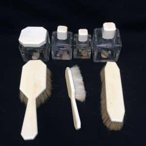 Garniture de toilettes Art-déco – flacons et brosse à cheveux