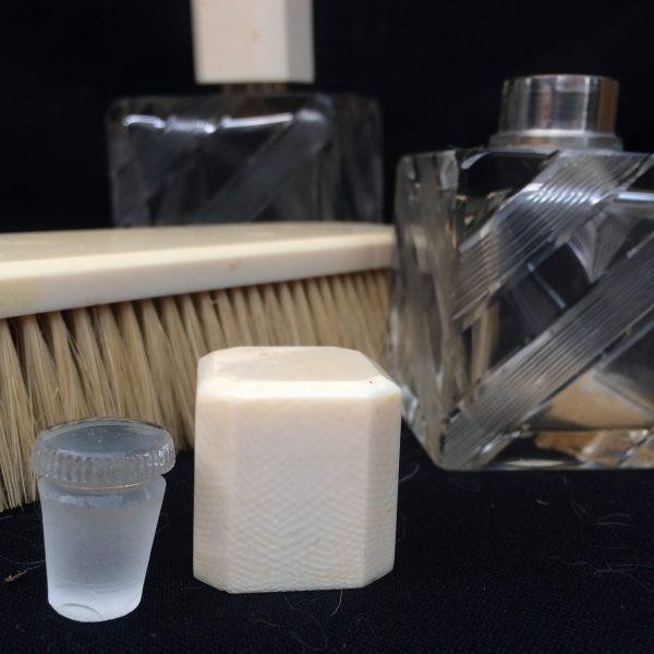 Garniture De Toilettes Art Déco Flacons Et Brosse À Cheveux 4