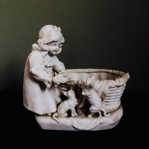 Statue en biscuit POMPADOUR – Enfant qui nourrit les chats – Panier en céramique
